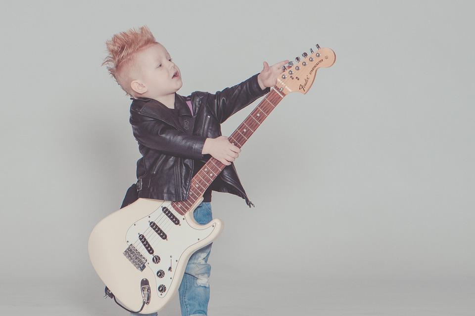 Chłopczyk działający na elektrycznej gitarze