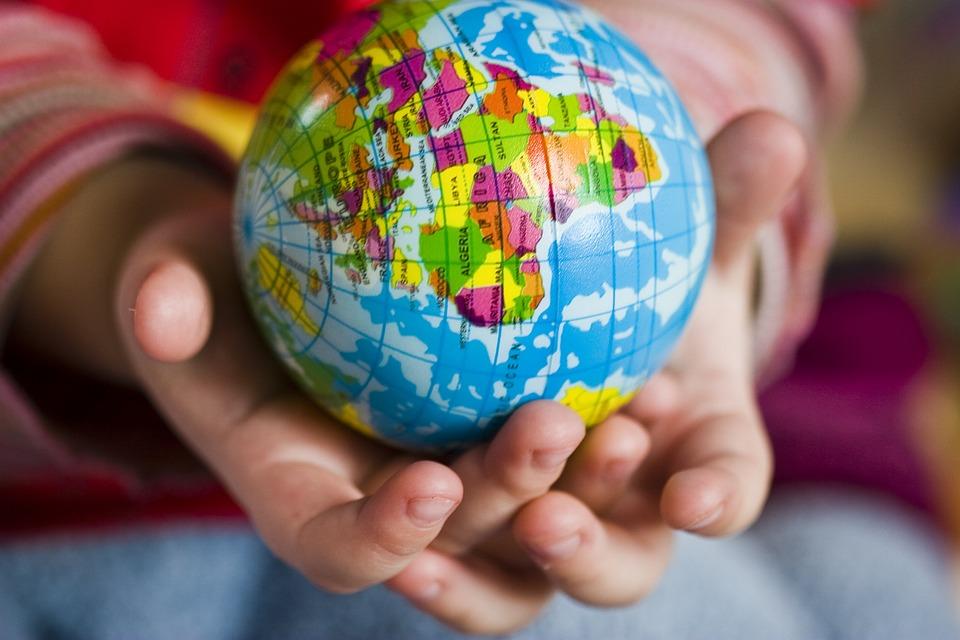 Globus w dziecięcych rękach