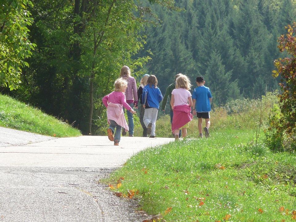 Dzieci spacerujące w górach