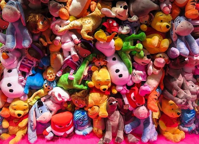 Maskotki na wystawie sklepowej