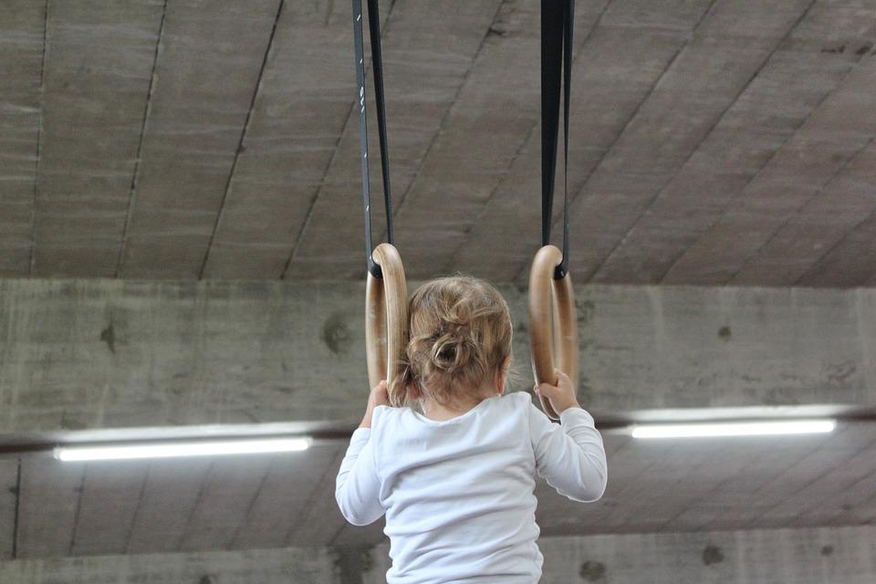 Dziecko wykonujące ćwiczenia akrobatyczne