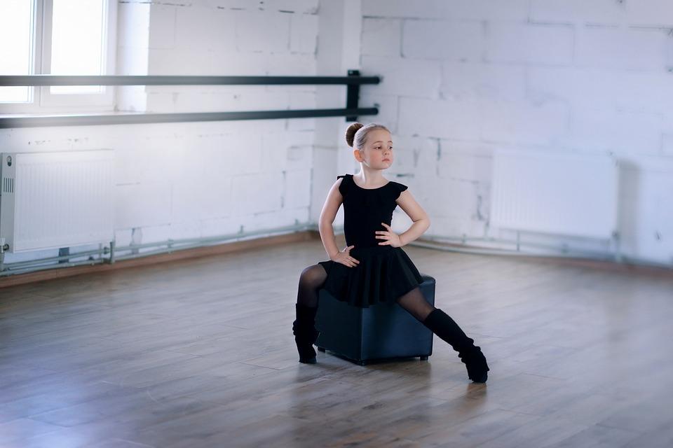 dziewczynka baletnica na sali tanecznej