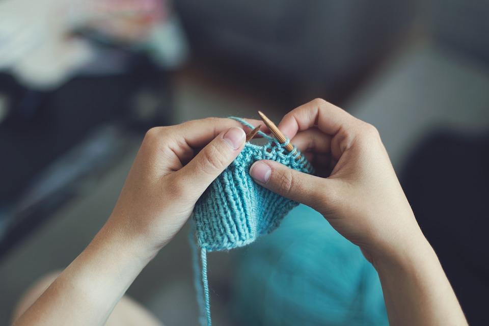 Dziecko wykonujące robotkę na drutach