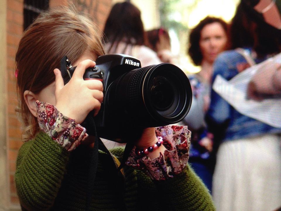 Dziewczynka wykonująca zdjęcie aparatem fotograficznym