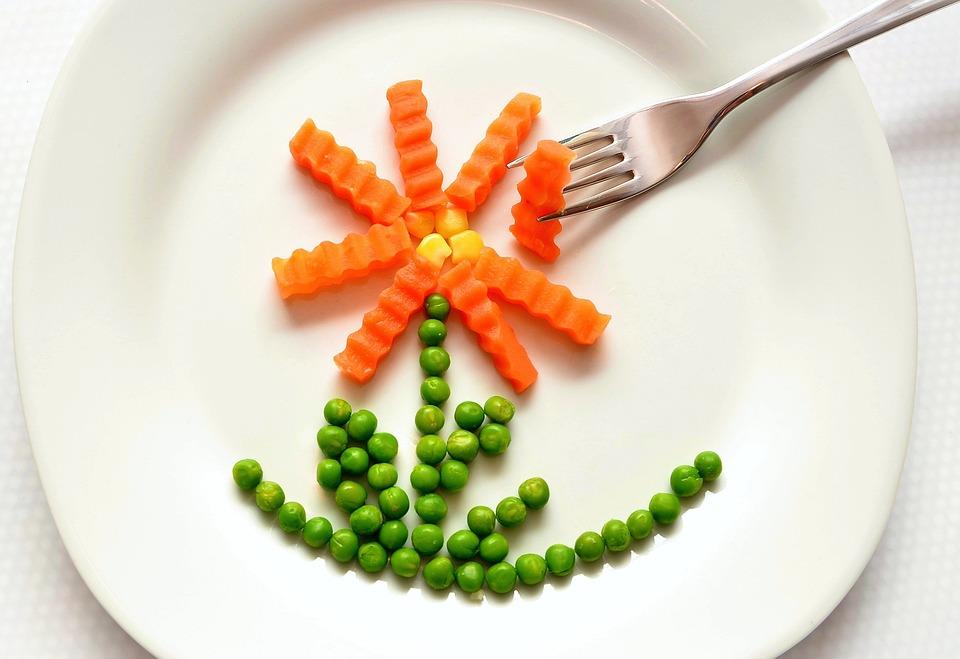 talerz z groszkiem i marchewką
