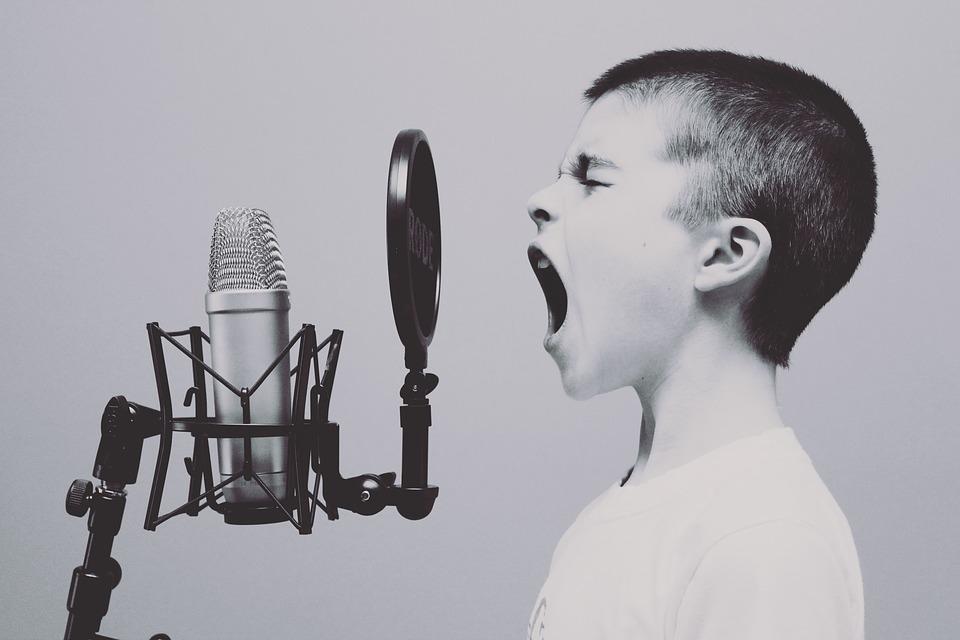 chłopczyk na warsztatach muzycznych