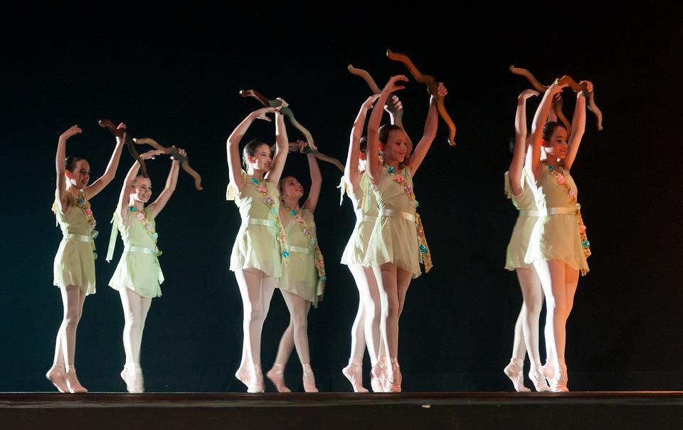 Dziewczynki podczas baletowych zajęć tanecznych
