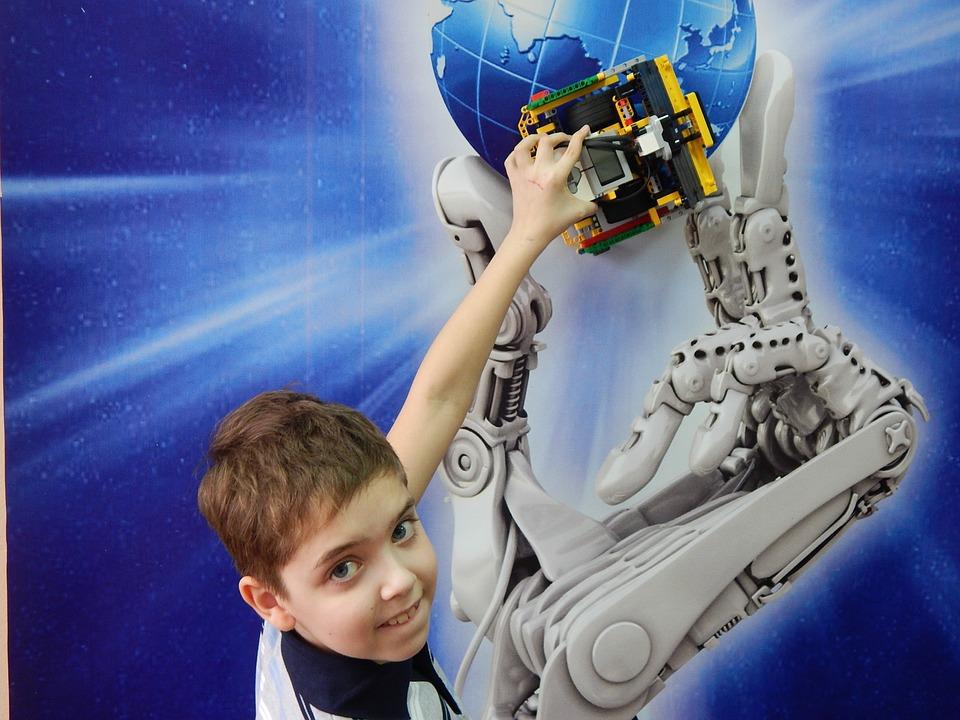 Chłopak uczestniczący w warsztatach technologicznych