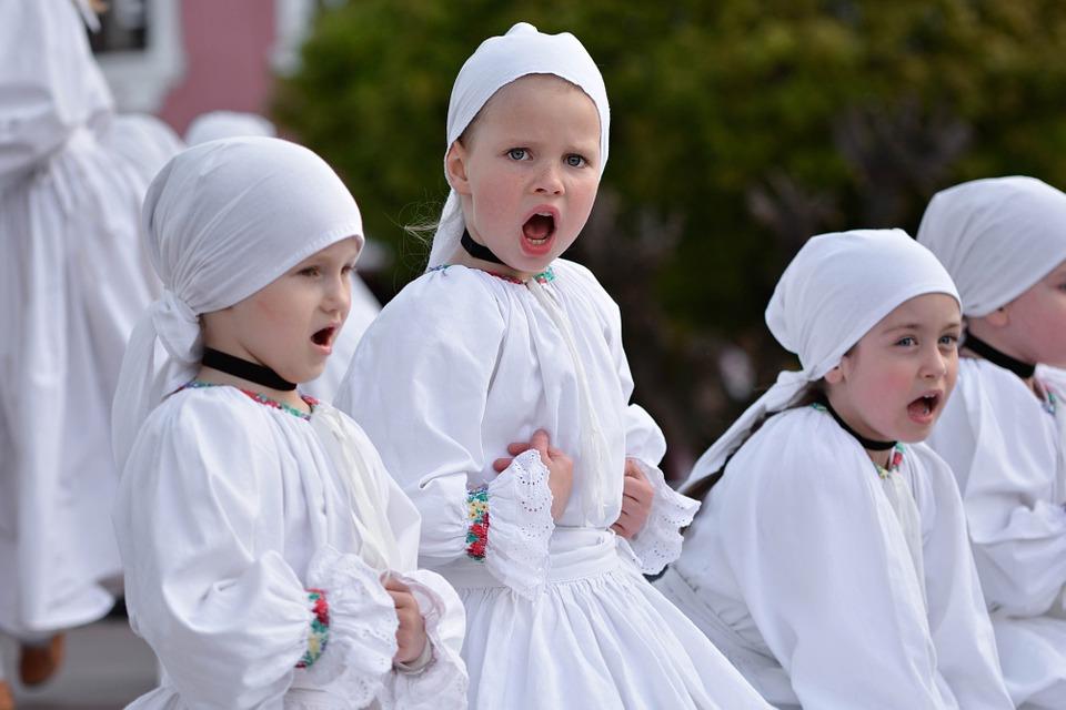 Dzieci biorące udział w zajęciach muzyki dawnej