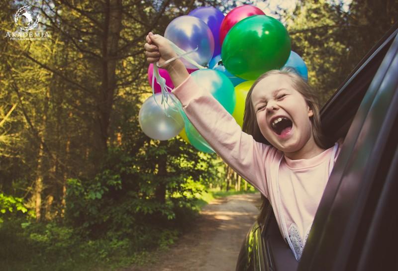 rozesmiana-dziewczynka-z-balonikami